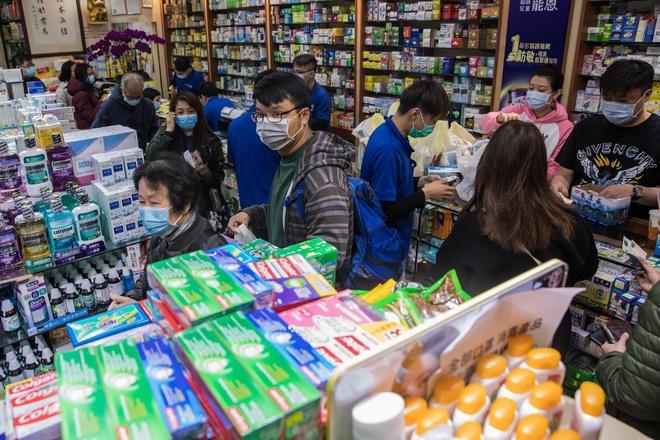 Người nước ngoài Hong Kong ráo riết mua khẩu trang gửi về quê nhà.