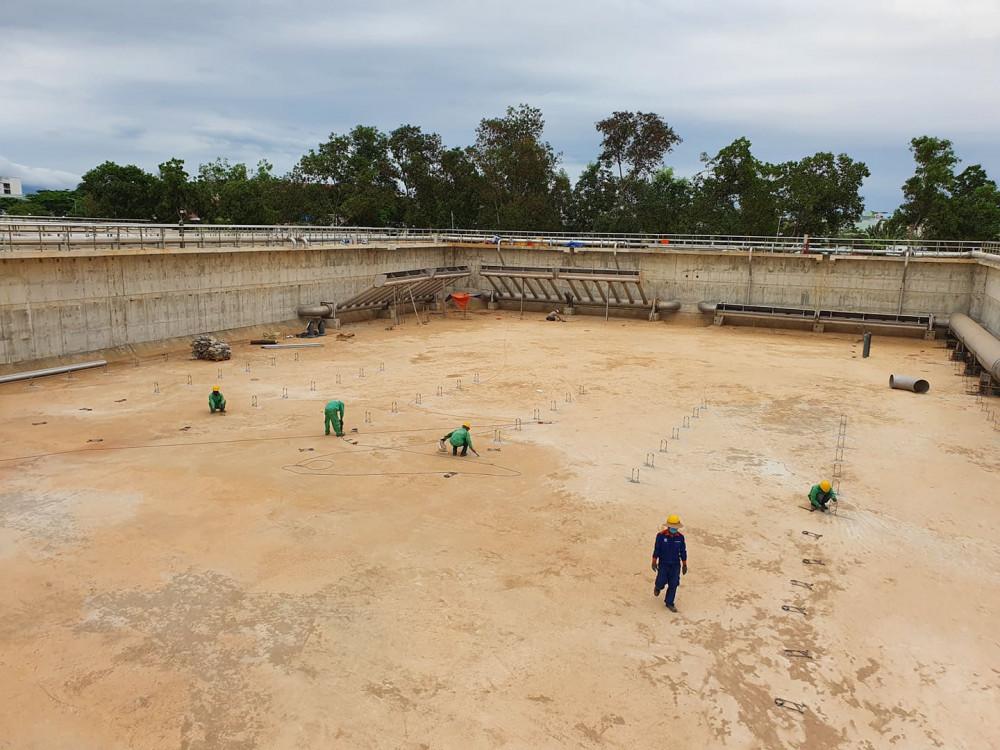 Công nhân làm việc trên công trường Trạm xử lý nước thải Phú Lộc giai đoạn 2