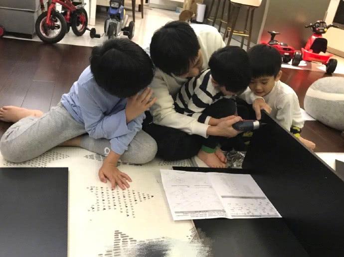 Lâm Chí Dĩnh hướng dẫn cho cặp song sinh thực hiện những thao tác ghép nối tủ