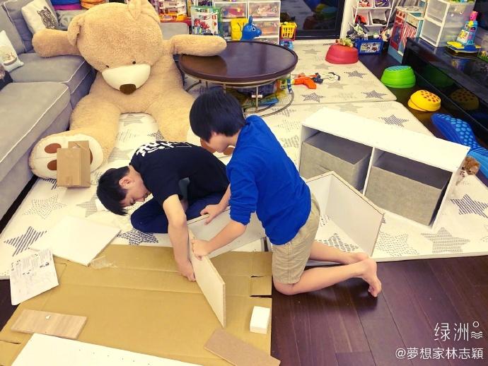 Các con của Lâm Chí Dĩnh lắp ráp tủ bảo quản đồ chơi