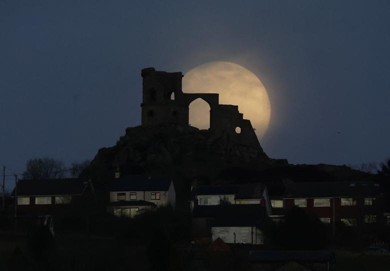 Ánh sáng huyền diệu của mặt trăng khiến cho phong cảnh về đêm tại ngôi làng Mow Cop, Anh trở nên đẹp mắt hơn.