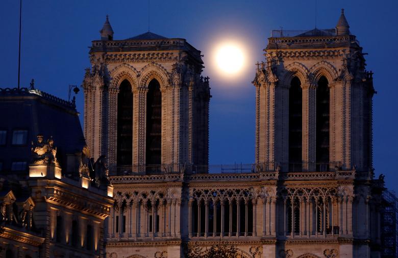 Siêu trăng ở giửa hai toà tháp của Nhà thờ Đức Bà Paris đã bị hư hỏng do trận hoả hoạn năm 2019. Hiện, nhà thờ vẫn đang trong quá trình đóng cửa để ngăn ngừa dịch bệnh COVID-19.