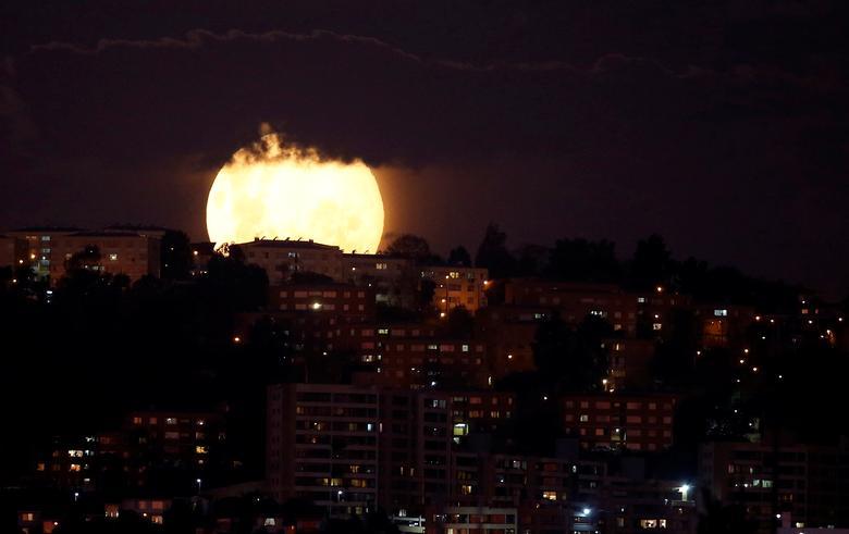 Nhìn xa, mặt trăng như đang nuốt chửng một số toà nhà cao tầng nằm dọc thành phố biển Vina del Mar của Chi-lê.