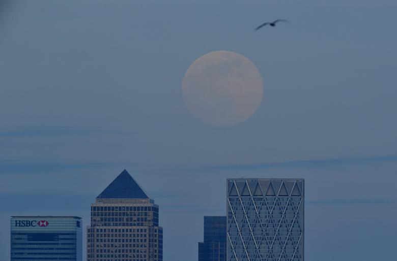 Siêu trăng bắt đầu xuất hiện trên bầu trời London vào chiều tối 7/4 (theo giờ địa phương).