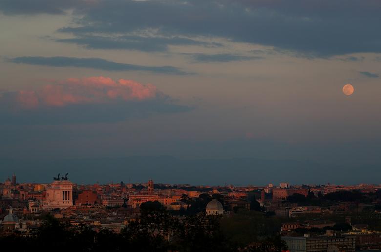 Những áng mây hồng trên bầu trời Rome như tô điểm thêm cho cảnh sắc tuyệt đẹp khi siêu trăng bắt đầu xuất hiện.