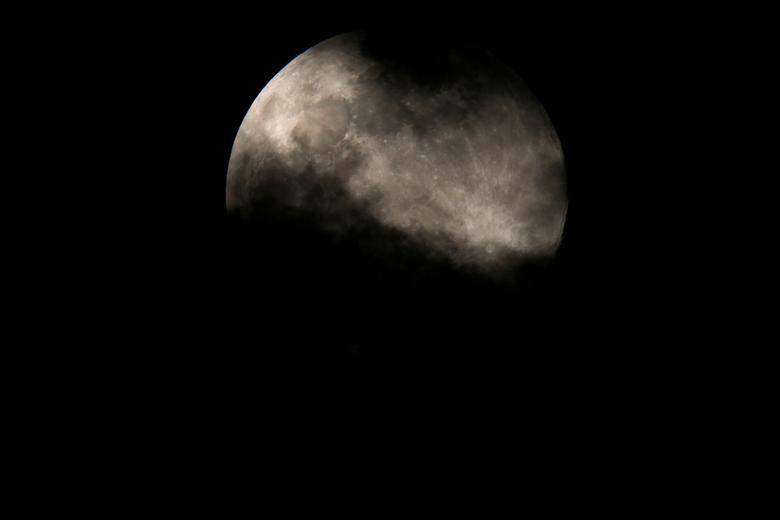 Mặt trăng bị mây mù che phủ trên bầu trời Valletta, Malta.