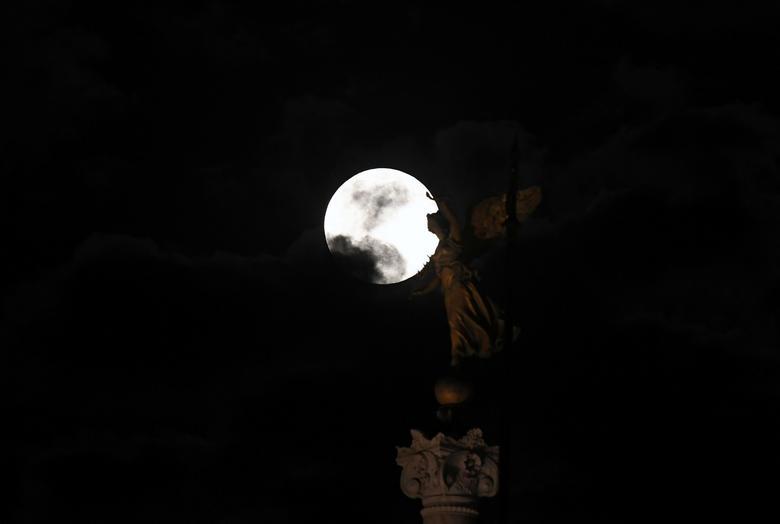 Bức tượng như ôm lấy mặt trăng từ góc quan sát thú vị ở Rome.