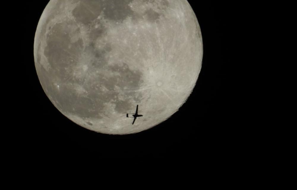 Máy bay quân đội không người lái của Thổ Nhĩ Kỳ đi ngang qua mặt trăng tại địa phận Idlib, Syria.
