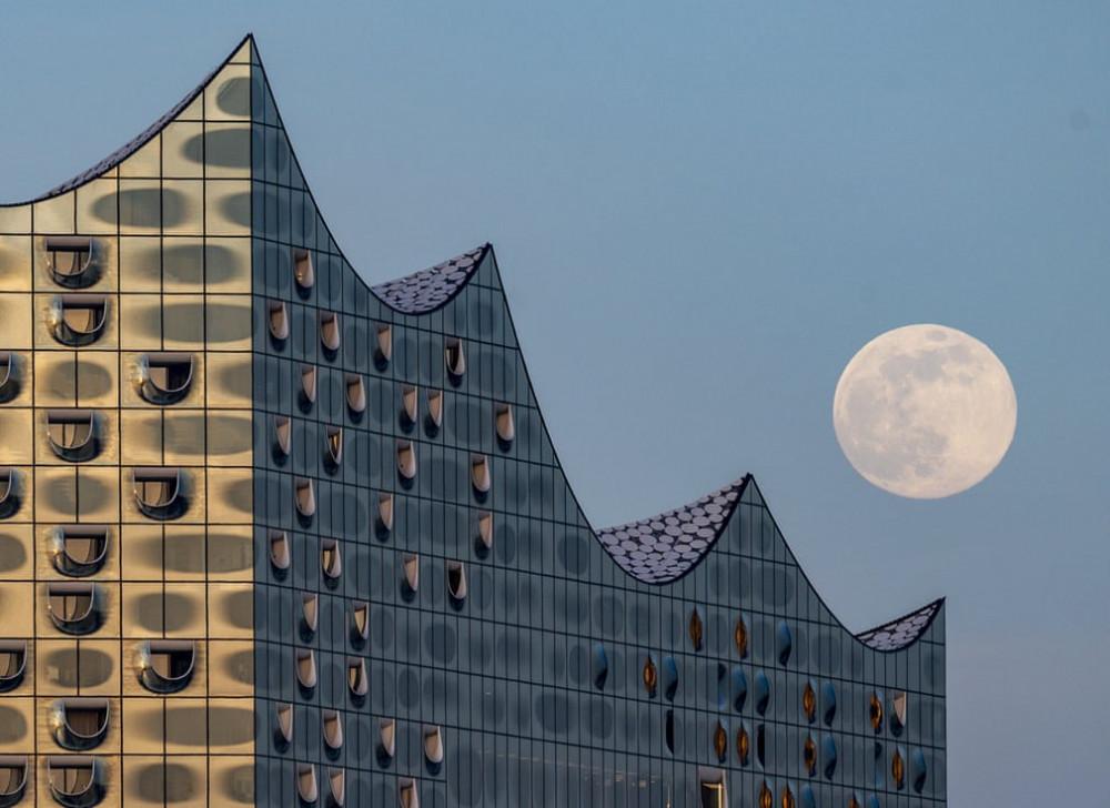Mặt trăng bắt đầu nhô lên vào chiều 7/4 tại Hamburg, Germany. Toà nhà với kiến trúc độc đáo đã tạo nên một không gian vô cùng đẹp mắt khi trăng lên.
