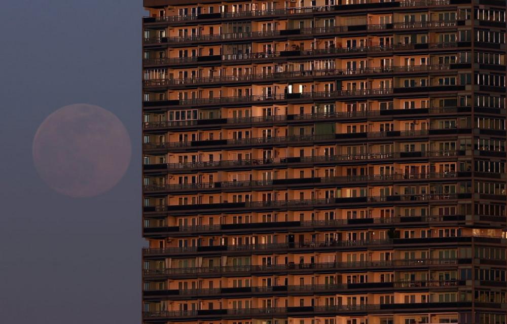 Mặt trăng trông như đang tiến gần lại một khu chung cư ở thủ đô Vienna, Áo.