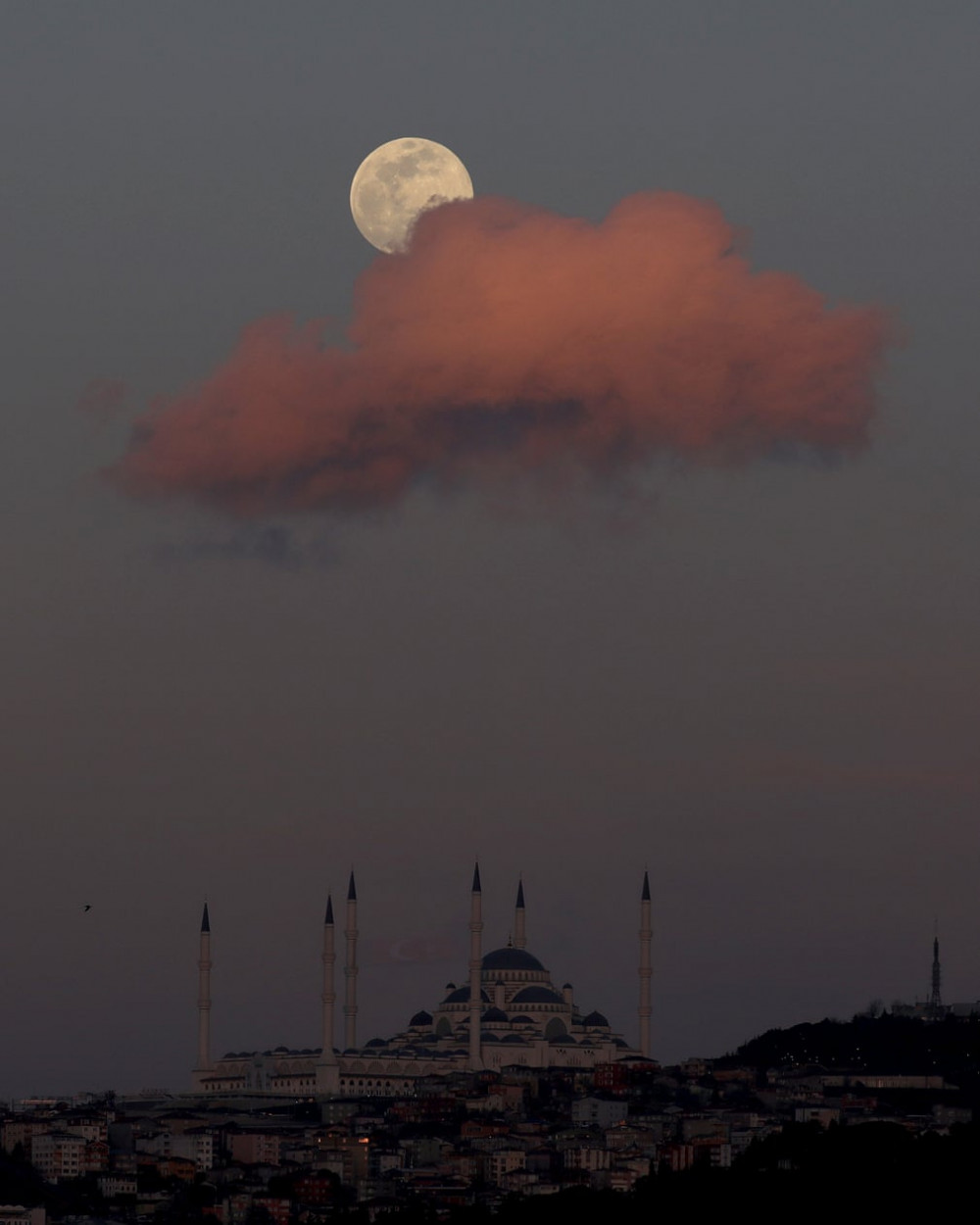 Khung trời lãng mạn khi trăng lên tại Istanbul, Thổ Nhĩ Kỳ.
