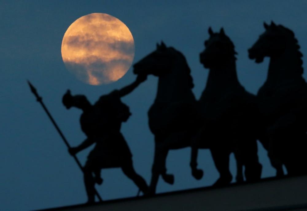 Nhóm tượng điêu khắc ở Saint Petersburg, Nga trở thành lớp nền hoàn hảo cho cảnh trăng lên sáng rực.