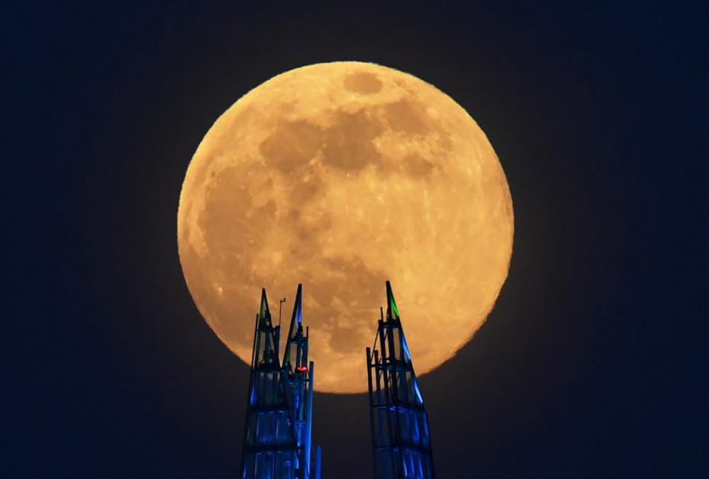 Tối 7/3, rạng sáng 8/4, siêu trăng lớn nhất năm 2020 đã xuất hiện trên bầu trời của nhiều quốc gia. Trong ảnh, siêu trăng được ghi lại trên tòa nhà chọc trời Shard ở London, Anh.