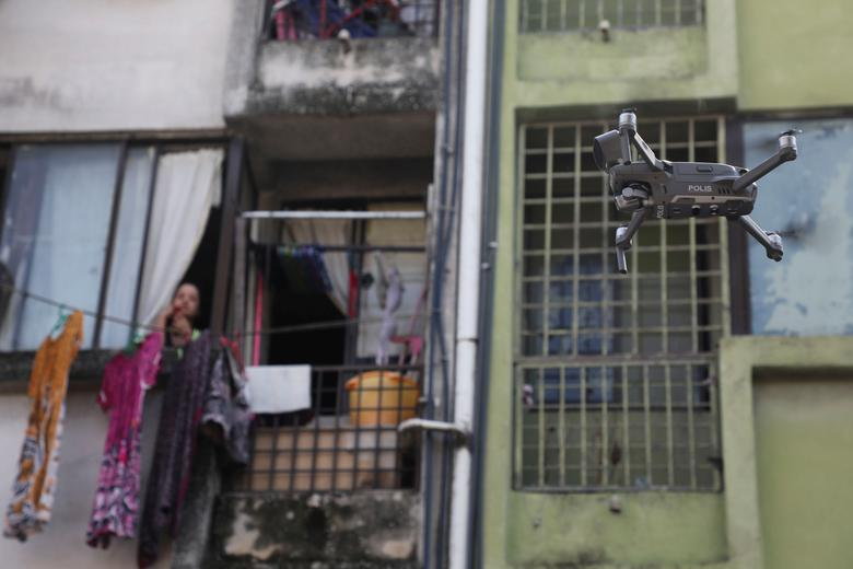 Một thiết bị bay không người lái được sử dụng để nhắc nhở người dân ở trong nhà khi lệnh hạn chế di chuyển có hiệu lực tại Malaysia.