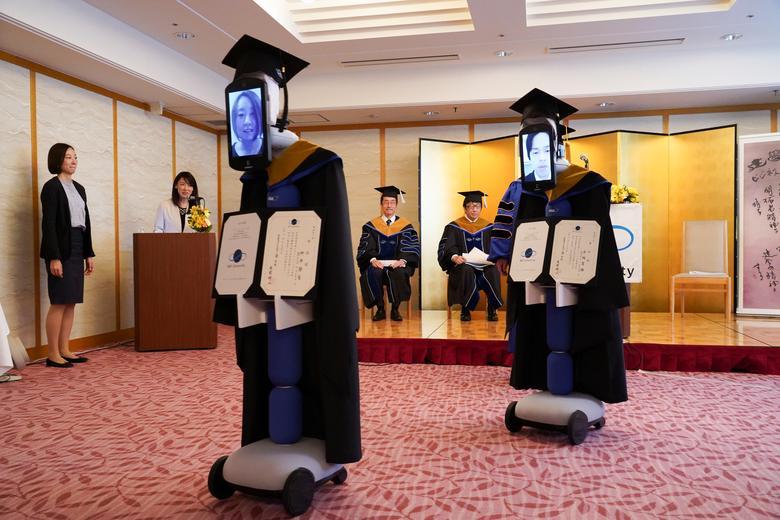 Chiếc Ipad được gắn vào thân robot, trên đó sinh viên sẽ tương tác qua mạng để tham gia buổi lễ tốt nghiệp của một trường đại học tại Tokyo vào cuối tháng 3 vừa qua.