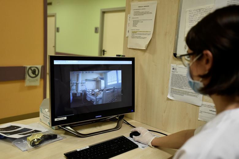 Từ phòng máy, nhân viên y tế sẽ theo dõi được hoạt động của bệnh nhân cũng như diễn biến của bệnh để có phương pháp điều trị thích hợp.
