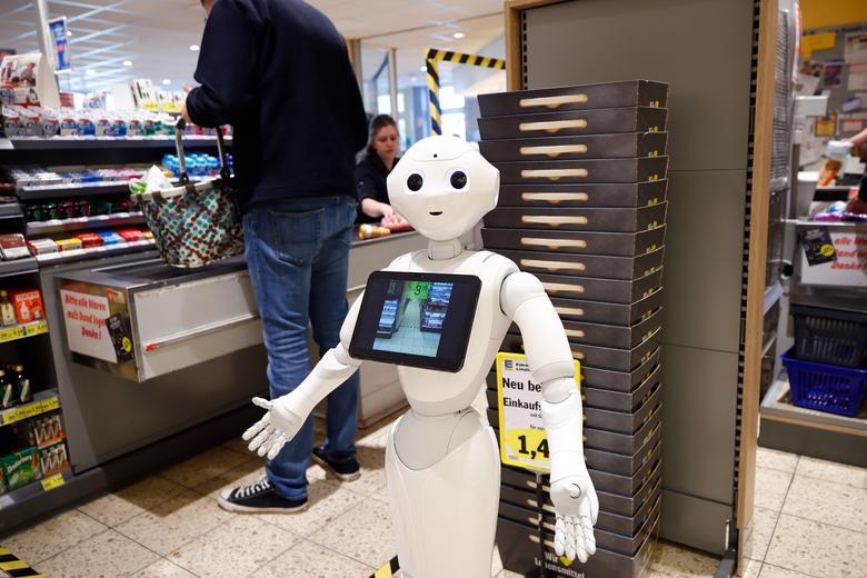 Một robot được đặt trước quầy thanh toán của một cửa hàng tạp hoá ở Lindlar, Đức để chia sẻ thông tin về việc phòng, chống dịch bệnh cũng như giải thích về sự cần thiết của khoảng cách xã hội trong thời điểm này.