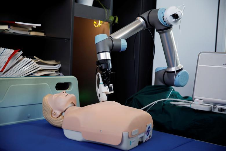Một robot được sử dụng tại Trung Quốc để hỗ trợ cho quá trình điểu trị bệnh nhân mắc COVID-19.