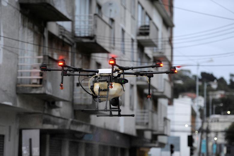 Môt thiết bị bay không người lái được sử dụng để phun thuốc khử trùng tại Talcahuano, Chile.