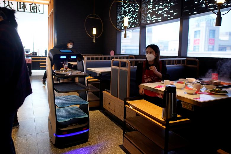 Robot được sử dụng để vận chuyển thức ăn trong một nhà hàng tại Thượng Hải, Trung Quốc.