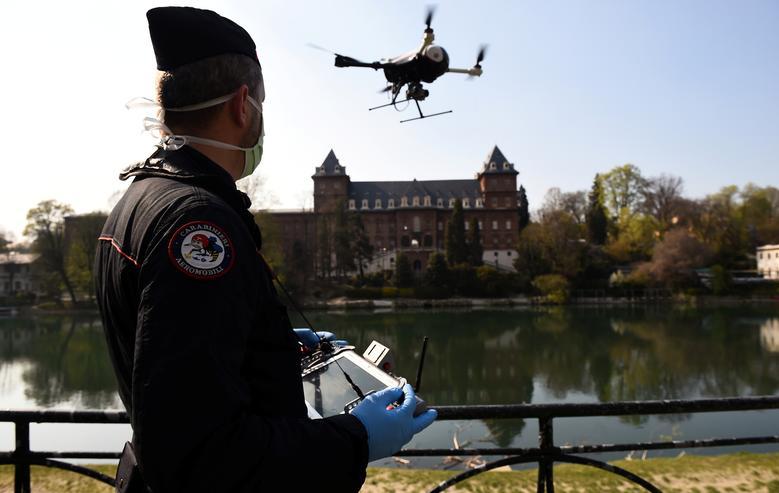 Lực lượng an ninh ở Turin, Ý dùng máy bay không người lái để kiểm tra việc chấp hành lệnh phong toả của người dân địa phương.