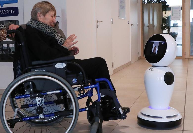 Bà Andree Desmaelle (76 tuổi, người Bỉ) nhờ sự trợ giúp của robot để liên lạc với người thân