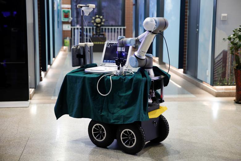 Một robot giúp vận chuyển thiết bị, thuốc điều trị cho bệnh nhân tại Bắc Kinh, Trung Quốc.