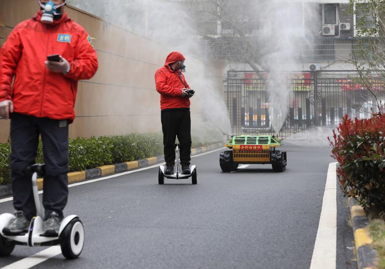 Các nhân viên sử dụng xe điện tự cân bằng thông minh để giữ khoảng cách an toàn khi làm nhiệm vụ. Từ xa họ có thể điều khiển xe phun thuốc khử trùng để làm sạch một số khu vực công cộng.