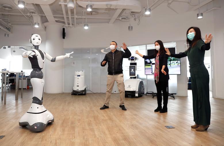 Robot đưa ra các khuyến cáo y tế cho nhân viên trong một văn phòng ở Bắc Kinh, Trung Quốc.