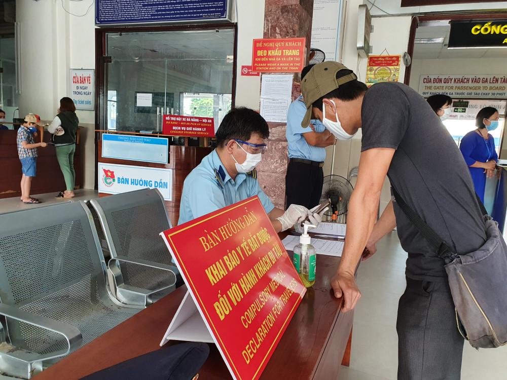 Khai báo y tế tại một ga tàu