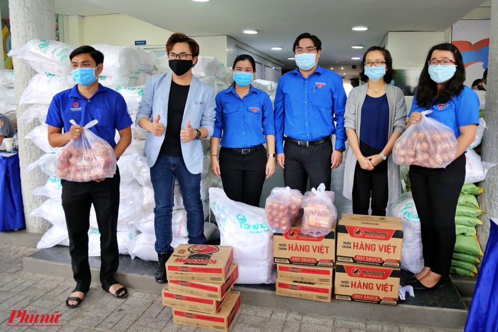 Các phần quà nhu yếu phẩm gồm gạo, mỳ gói, trứng... sẽ được các quận đoàn chuyển trực tiếp đến người dân có hoàn cảnh khó khăn