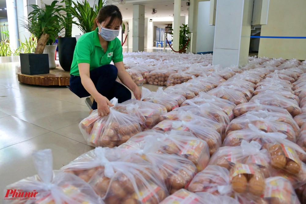 Mỗi người dân sẽ nhận được 10kg gạo, 10 gói mì, 1 chai nước chấm, 6 vỉ trứng gà, 2 khẩu trang vải và trái cây.