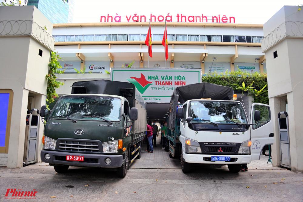 Xe của các quận huyện đến nhận quà nhu yếu phẩm tại Nhà văn hóa Thanh Niên TPHCM sáng 8/4