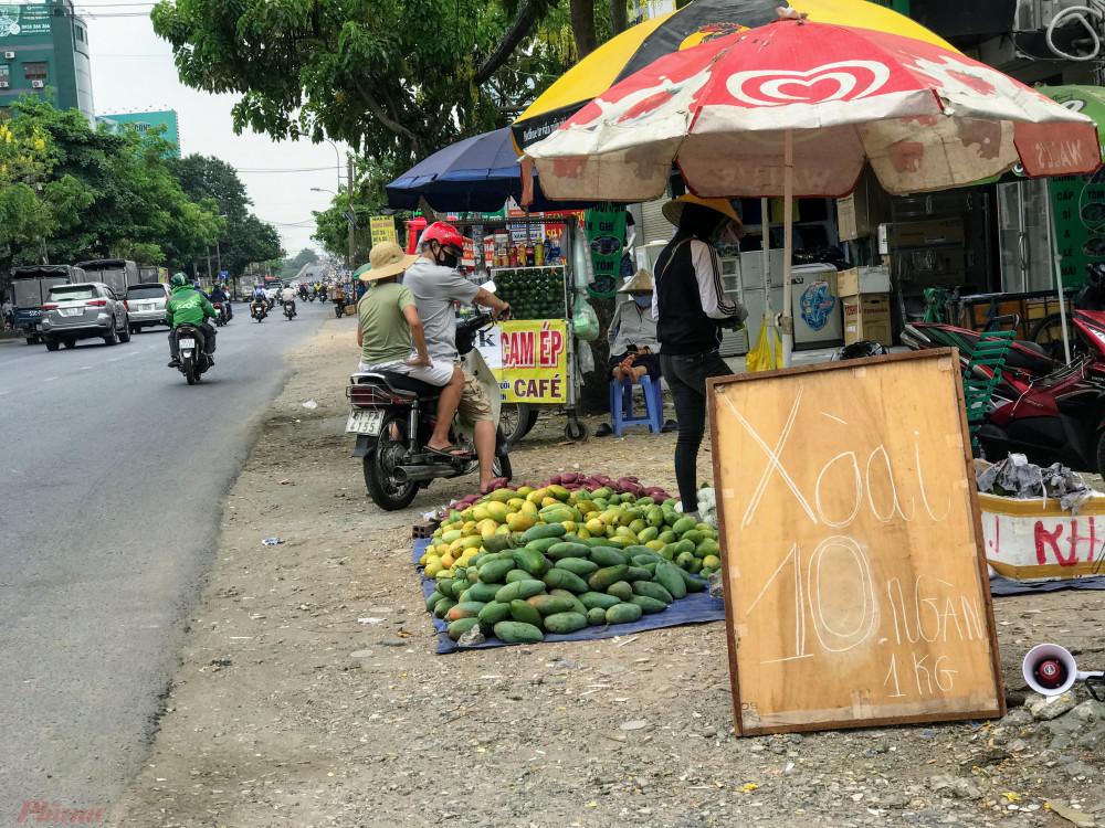Xoài giá rẻ cũng được rao bán tràn trên đường Đinh Bộ Lĩnh (quận Bình Thạnh, TPHCM).