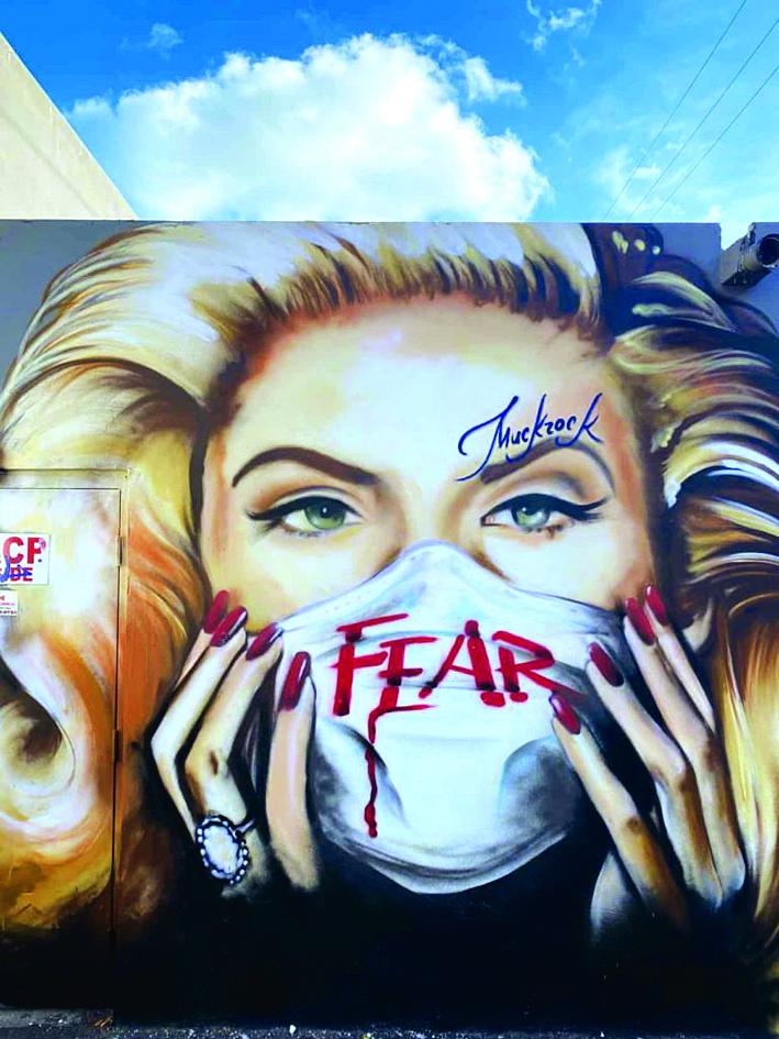 Bức tranh tường Anna Nicole Smith sau chiếc khẩu trang của Jules Muck