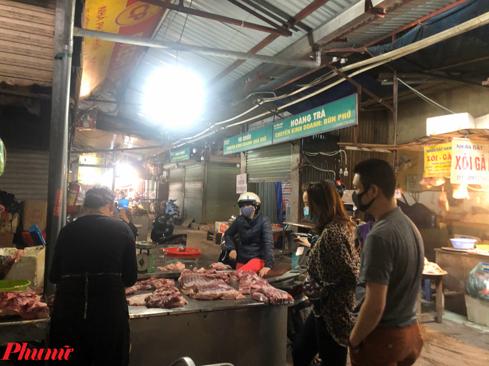Tại chợ Phùng Khoang (Thanh Xuân, Hà Nội), do nhiều hàng quán đã đóng cửa nên việc tập trung đông người cũng hạn chế hơn.