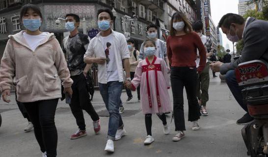 Người dân Vũ Hán đổ ra đường ăn mừng sau khi chính quyền dỡ bỏ 11 tuần phong tỏa thành phố - Ảnh: AP