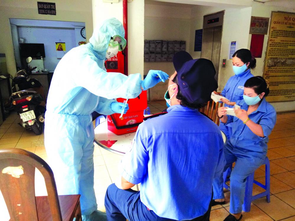 Lấy mẫu bệnh phẩm để xét nghiệm COVID-19