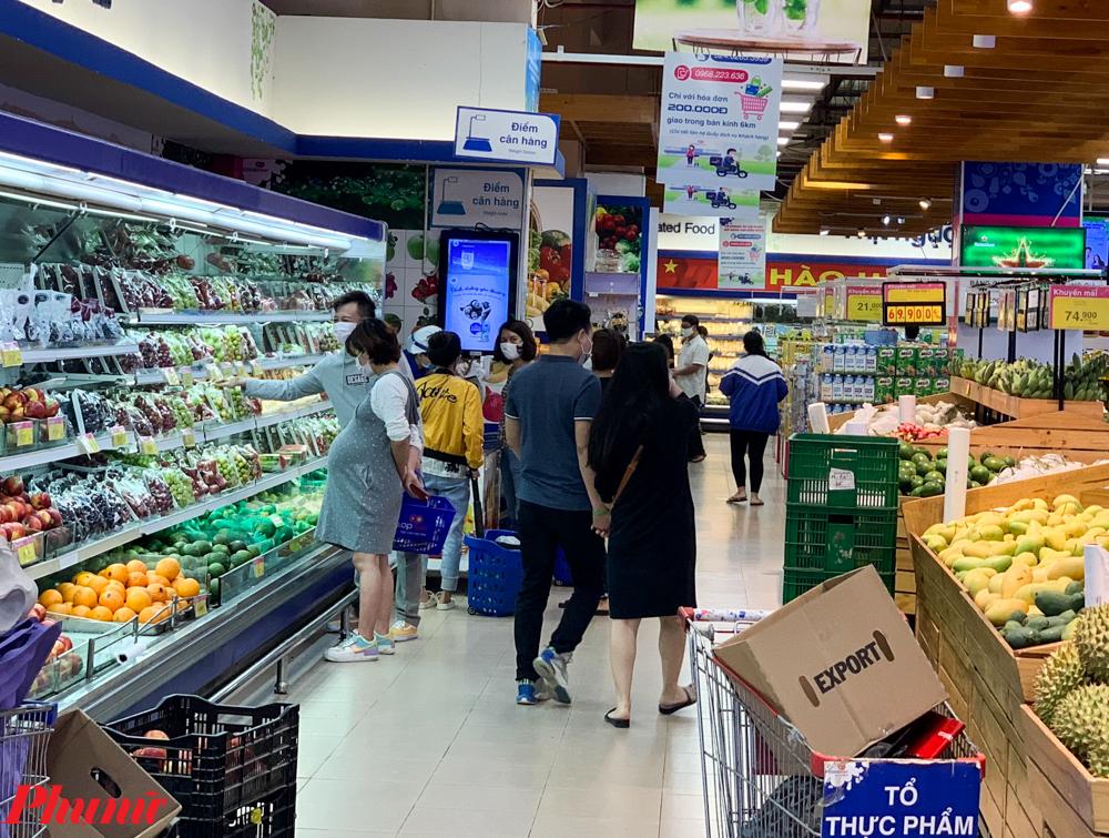 Thậm chí trong một số siêu thị lớn, việc mua sắm cũng diễn ra bình thường hơn so với những ngày 1/4, ngày đầu tiên tiến hành cách ly xã hội.
