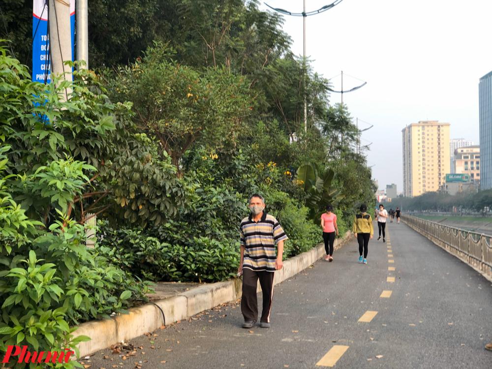 Thậm chí với cả người già, nhóm người có nguy cơ nhiễm bệnh và diễn biến nặng nếu mắc COVID-19 vẫn không tuân thủ lệnh cách ly. Tại khu vực đi bộ của đường Láng, vẫn có nhiều người già đi tập thể dục ở đây.