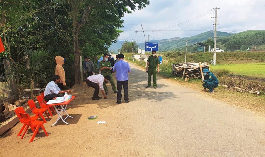 Hiện trường một vụ chống người thi hành công vụ tại huyện Núi Thành, 2 đối tượng bất hợp tác về phòng chống dịch sau đó tát cán bộ chốt kiểm dịch rồi bỏ trốn