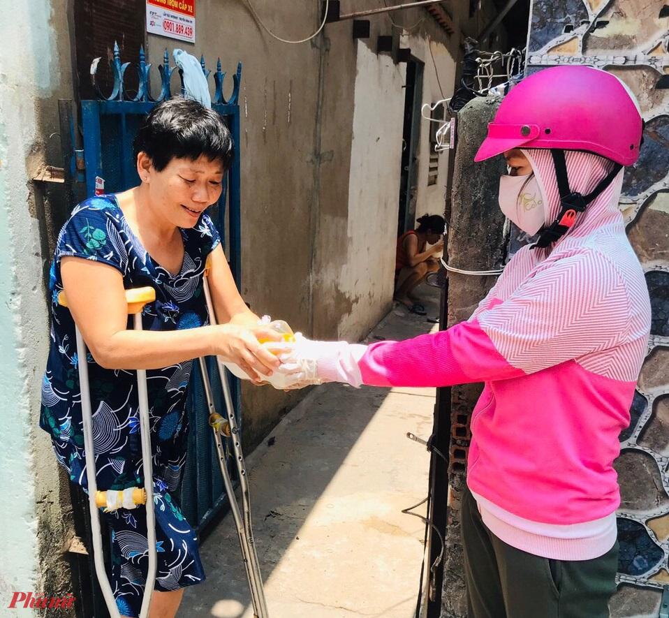 Hội nấu cơm và đi đến từng nhà tặng mỗi ngày cho nhiều người già, khuyết tật, đi lại khó khăn.