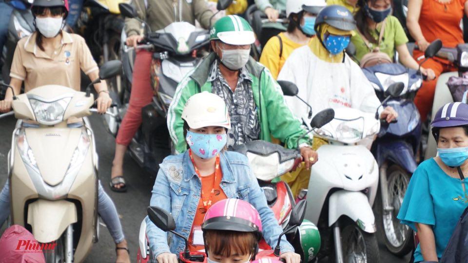 Nhũng ngày qua có rất đông người dân ra đường, không thực hiện giãn cách xã hội