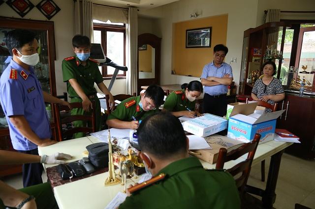 Lực lượng chức năng tiến hành các thủ tục khởi tố bị can, khám xét nhà ông Huỳnh Thanh Hải