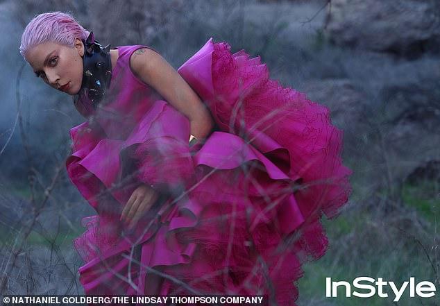 Nữ ca sĩ chọn màu hồng làm tone màu chính cho trang phục, tóc và cách trang điểm.