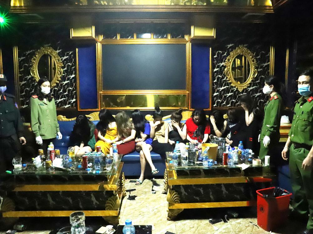 Hàng chục nam thanh, nữ tú được phát hiện bay lắc trong một quán karaoke ở Hà Tĩnh dù bên ngoài treo biển Tạm nghỉ vì dịch