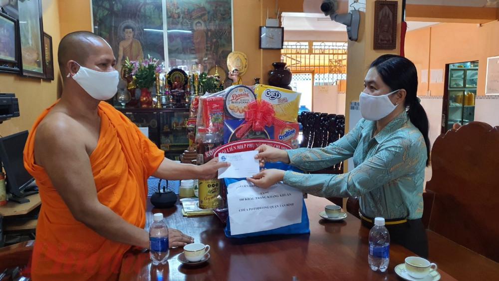 bà Nguyễn Trần Phượng Trân – Chủ tịch Hội LHPN TP.HCM đã đến thăm và chúc Tết đã các các vị chức sắc tôn giáo chùa Candaransĩ, quận 3 và chùa Pothivong, quận Tân Bình.