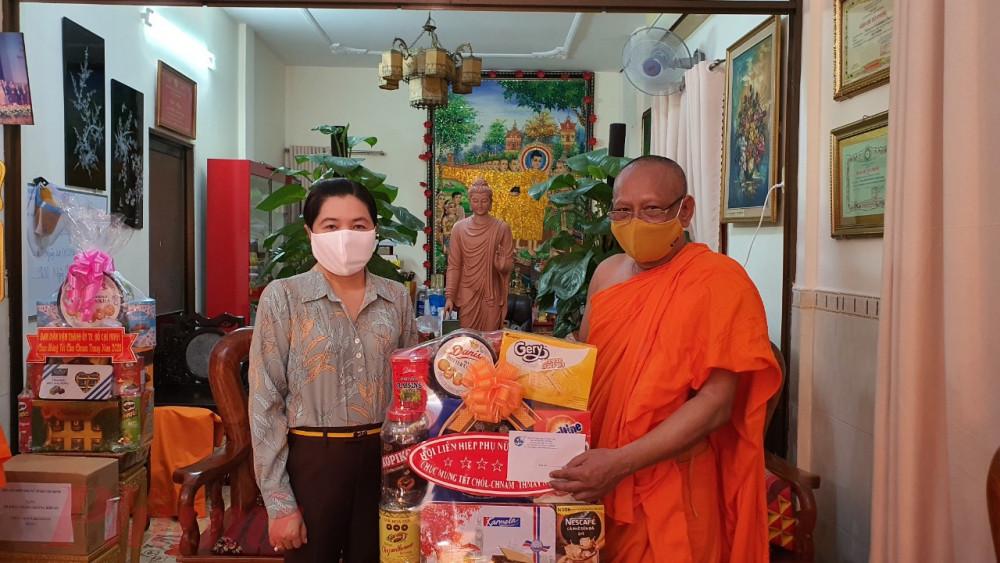 bà Nguyễn Trần Phượng Trân – Chủ tịch Hội LHPN TP.HCM đã đến thăm và chúc Tết đã các các vị chức sắc tôn giáo chùa Candaransĩ, quận 3