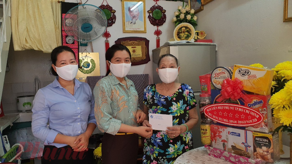 Hội LHPN TPHCM cũng đến thăm Bà Mẹ Việt Nam Anh hùng Sơn Thị Kỷ, quận Bình Thạnh