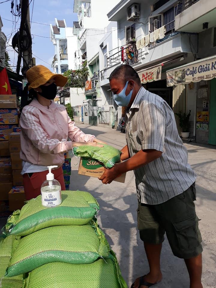 Hội LHPN Thị Trấn Nhà Bè trao 120 phần quà cho người bán vé số và hội viên khó khăn